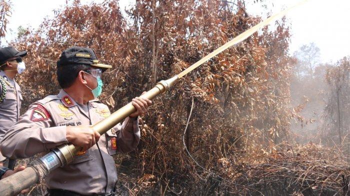 Kapolda Jambi Dinginkan Lahan Gambut Desa Arang Arang Muarojambi yang Terbakar