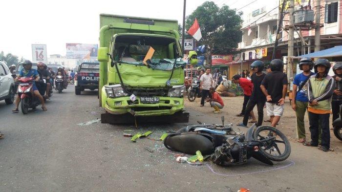 Ngebut, Supir Batubara Tabrak Pemotor di Simpang Rimbo, Ucok Kritis Terseret Truk