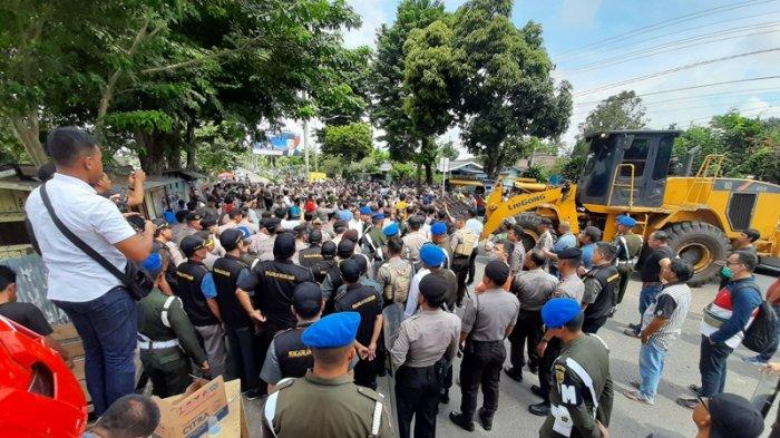 BREAKING NEWS Alat Berat untuk Eksekusi Lahan di Jalan Soekarno Hatta, Sempat Diadang Massa