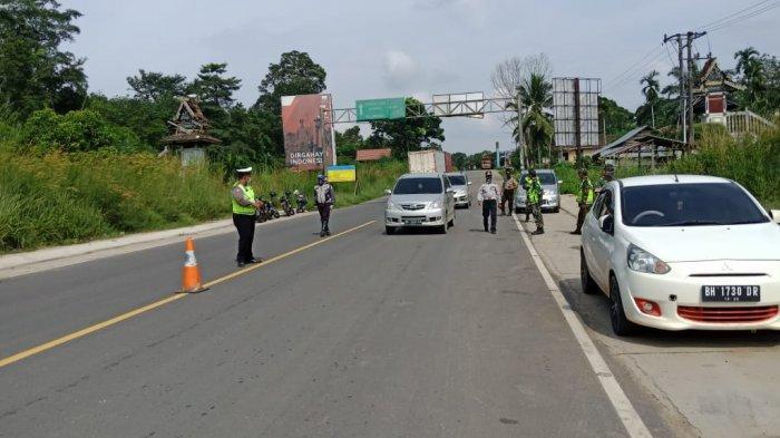 Petugas di Pos Pam penanganan Covid-19 di Kecamatan Mestong Kabupaten Muarojambi.