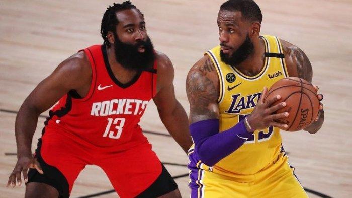 James Harden (kiri) dan LeBron James (kanan) tengah berdel apda gim 4 playoffs NBA Wilayah Barat, 10 September 2020.