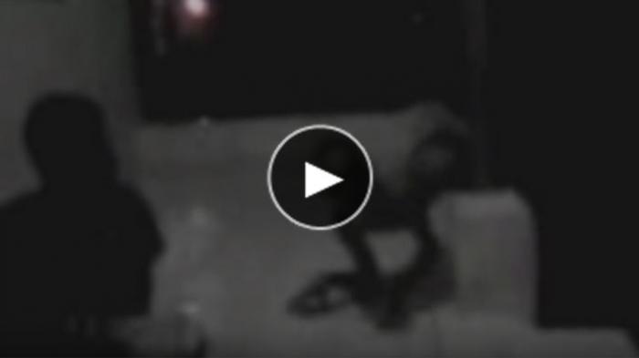 VIRAL! Terekam CCTV Penampakan Sosok Anak Kecil Putih Bermain di Halaman, Benarkah Tuyul?
