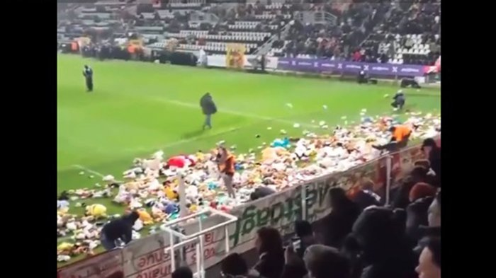 Suporter Lempar Boneka ke Lapangan, Kick-Off di Liga Belgia Ditunda, Tapi Alasannya Bikin Haru