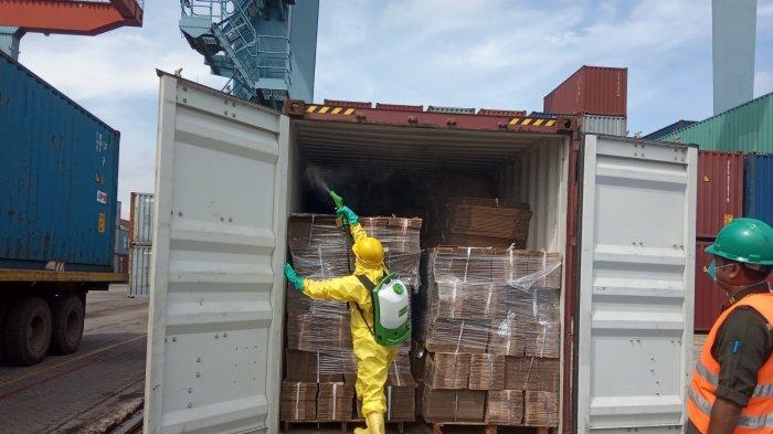 Apa Isi Kontainer Asal China yang Tiba di Pelabuhan Talang Duku? Langsung Disemprot