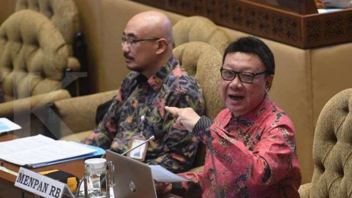 Menpan RB Tjahjo Kumolo (kanan) mengikuti rapat kerja dengan Komisi II DPR di Kompleks Parlemen, Senayan, Jakarta, Senin (6/7/2020).