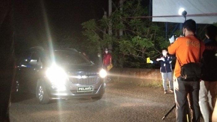 Salah satu adegan dalam Rekonstruksi Kasus Penembakan Enam Anggota FPI di Karawang, Senin (14/12/2020) dini hari