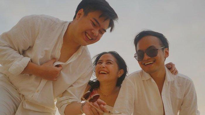 Prilly Latuconsina liburan di Bali bareng Jeje Soekarno dan Nazry Arisyi