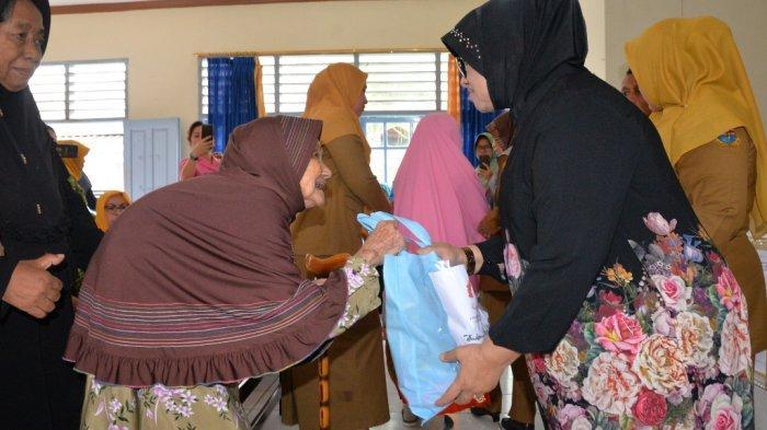 Peringati Hari Ibu, Rahima Santuni Lansia Panti Sosial Budi Luhur