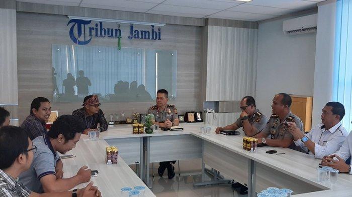 Kapolda Jambi Irjend Pol Firman Shantyabudi Kunjungi Tribun Jambi