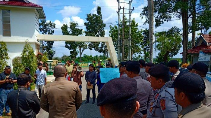 Sejumlah Massa Aksi di Depan DPRD Bungo, Tuntut Masalah PT Bungo Limbur