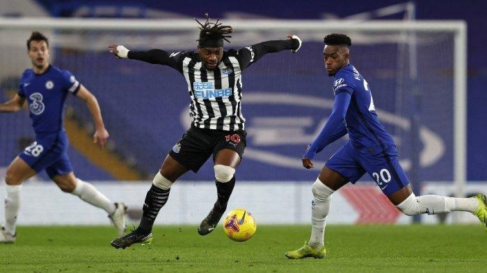 Allan Saint-Maximin dan Callum Hudson-Odoi di Liga Inggris Chelsea vs Newcastle United di Stamford Bridge di London pada 15 Februari 2021.