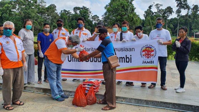180 Paket Sembako PUBJ Untuk Warga Sekitar Candi Muaro Jambi