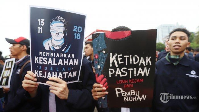 Sejumlah mahasiswa yang tergabung dalam Senat Mahasiswa Fakultas Hukum Unika Atmajaya melakukan aksi unjuk rasa di depan Istana Merdeka, Jakarta Pusat, Selasa (13/11/2018). Dalam aksinya mereka meminta pemerintah untuk menyelesaikan dan menuntaskan kasus pelanggaran HAM masa lalu terkhususnya kasus Tragedi Semanggi I.