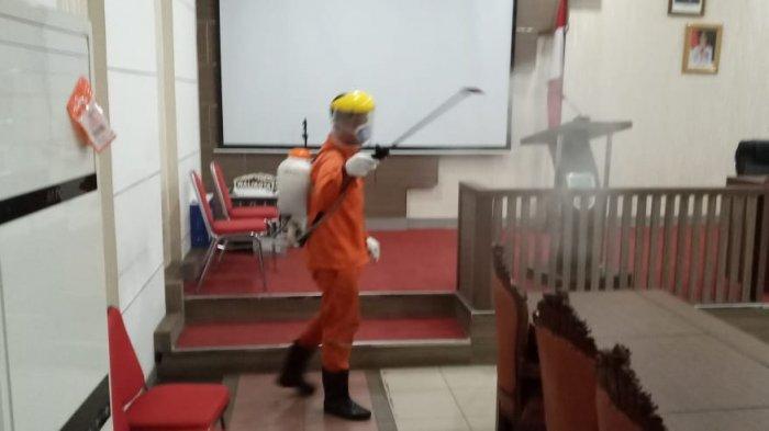 Tak Ingin Ada yang Terpapar Virus Corona, Kantor Wali Kota Jambi Disemprot Disinfektan