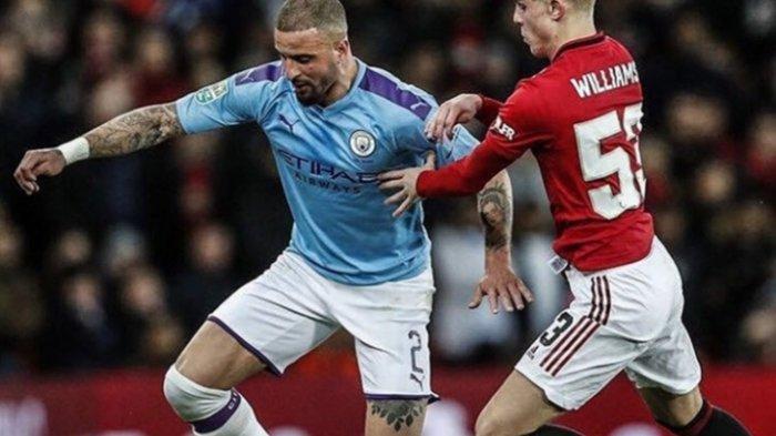 Pemain Manchester City, Kyle Walker saat mencoba melewati pemain Manchester United