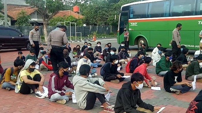 Polres Metro Bekasi mengamankan sebanyak 187 orang pelajar dan remaja saat operasi penyekatan wilayah dalam rangka antisipasi keberangkatan para pelajar dalam aksi unjuk rasa menolak UU Cipta Kerja Omnibus Law di Jakarta.