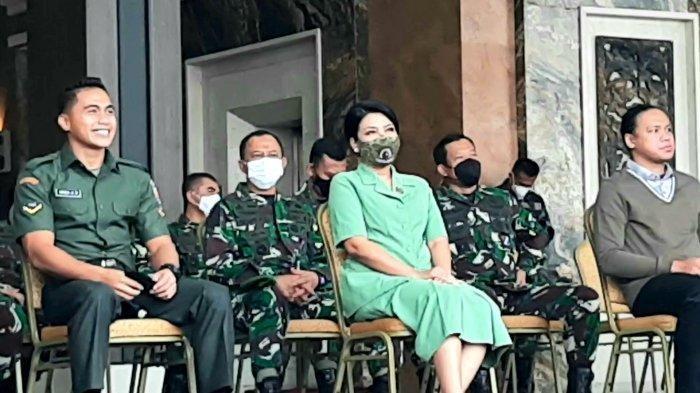 Serda Aprilia Manganang (paling kiri) tersenyum saat mengikuti sidang penetapan jenis kelaminnya, di Mabes AD, Jalan Veteran, Gambir, Jakarta Pusat, Jumat (19/3/2021) pagi.