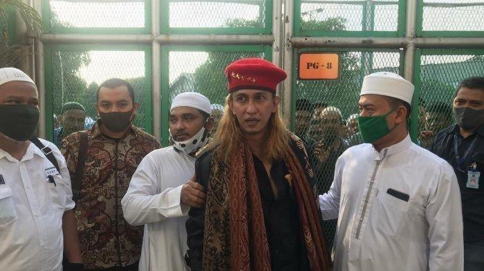 Habib Bahar bin Smith bebas dari Lapas memakai baret merah.