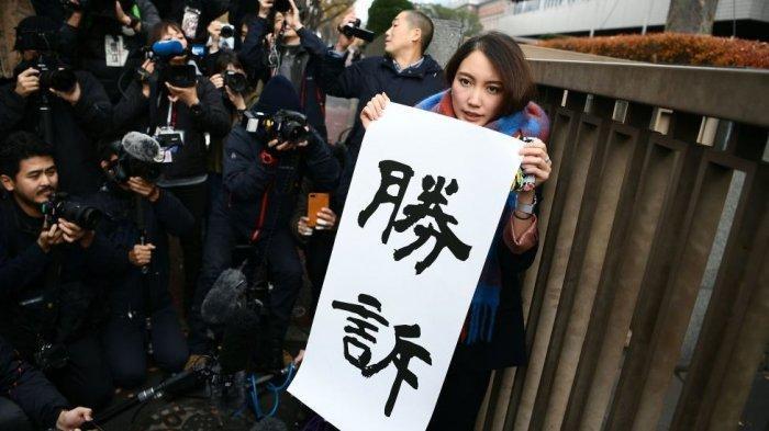 Shiori Ito memegang psoter bertuliskan