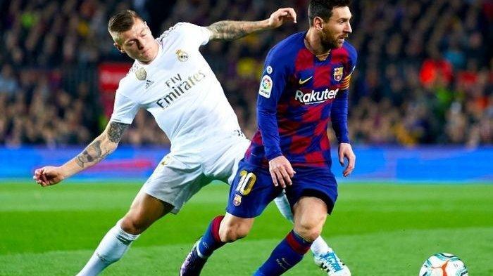 Ilustrasi - pergerakan Lionel Messi coba dicegat oleh Toni Kroos pada pertandingan El Clasico di Stadion Camp Nou, Rabu (18/12/2019).