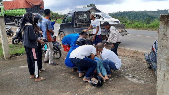 Kaget Monyet Tiba-tiba Muncul, 2 Wanita Jatuh dari Motor & Pingsan di Kilometer 30 Desa Bukit Baling