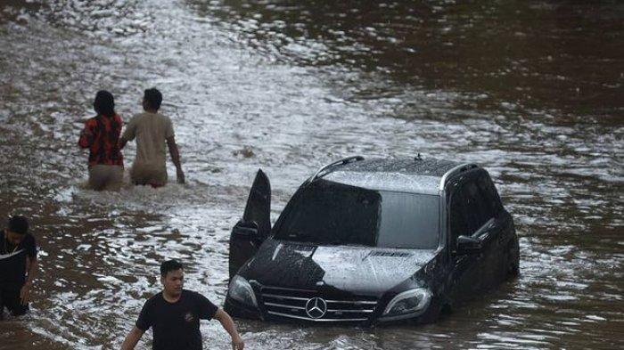 Banjir di jalan Kapten Tendean, Jakarta, Sabtu (20/2)