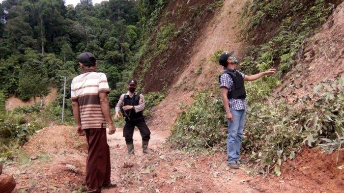Dua Hari Jalan Lumpuh Akibat Longsor, Warga Batang Asai Gotong Royong Buka Jalan