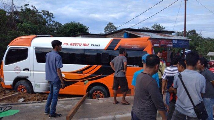 Travel Restu Ibu Masuk Got di Jalan Lintas Muara Tebo, Penumpang Dialihkan