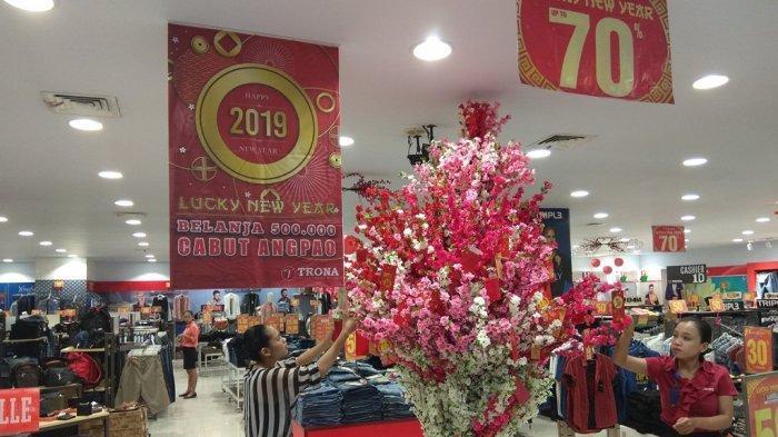 Sambut Tahun Baru Imlek, Trona JPM Banjir Diskon dan Pohon Angpao