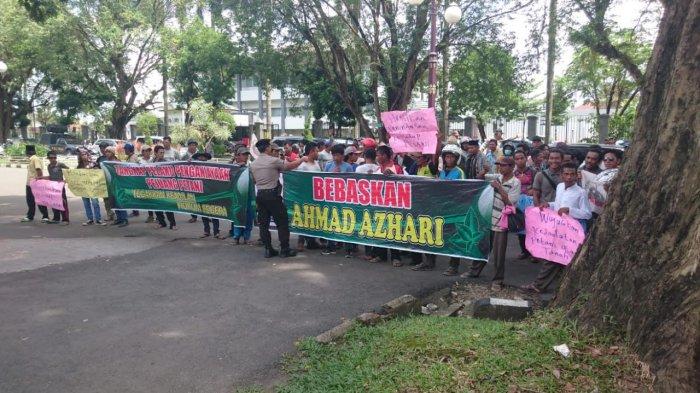 GALERI FOTO: Sidang Kasus Perambahan Hutan - Ratusan Massa Tuntut Azhari dkk Dibebaskan