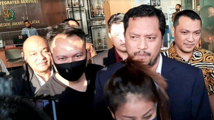 Vicky Prasetyo dan kuasa hukumnya, Ramdan Alamsyah, di Kejaksaan Negeri Jakarta Selatan, Selasa (7/7/2020). )