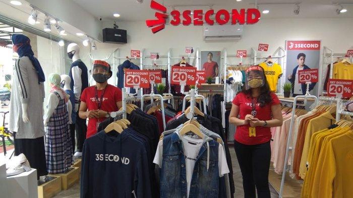 Dua pegawai 3Second saat menyambut pelanggan