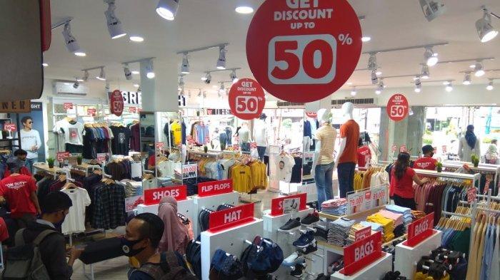 Suasana dalam toko 3Second setelah pembukaan
