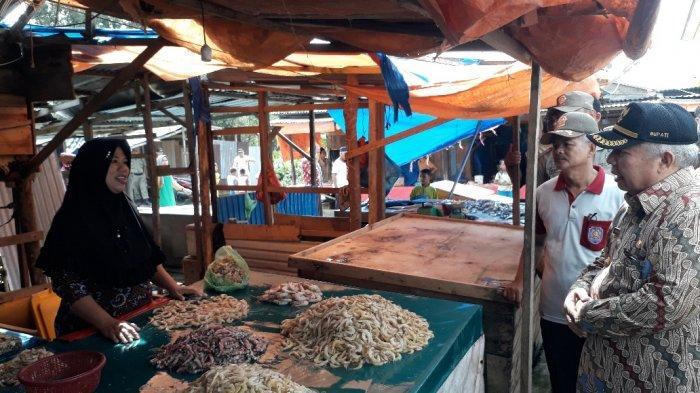 Masih Ada Pedagang di Tempat Lama, Pedagang Pasar Parit I Ngeluh ke Bupati Safrial Sepi Pembeli