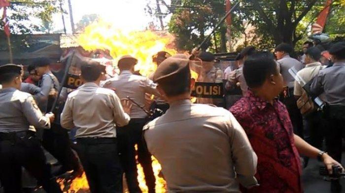 Sidang Perdana Kasus Polisi Terbakar Saat Amankan Demo, Keluarga Terdakwa Histeris dan Pingsan Saat