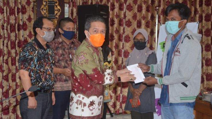 Bupati Batang Hari Serahkan Bantuan Batang Hari Tunai Sebesar Rp 600 Ribu Per Keluarga