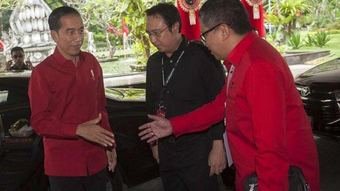 Presiden Joko Widodo (kiri) disambut oleh Sekjen DPP PDI-P Hasto Kristiyanto (kanan) dan Panitia Pengarah Rakernas PDI-P Prananda Prabowo dalam pembukaan Rakernas III PDI-P di Sanur, Bali, Jumat (23/2/2018). Presiden Jokowi yang juga kader PDI-P membuka sekaligus memberi arahan pada rakernas yang berlangsung 23-25 Pebruari tersebut.(ANTARA FOTO/NYOMAN BUDHIANA)