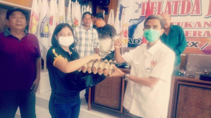 Ketua KONI Provinsi Jambi, Indra Armendaris serahkan bantuan sembako pada atlet yang terdampak pandemi Covid-19.