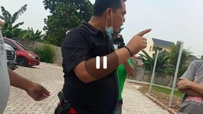 Viral Pria Beradu Mulut Sambil perlihatkan Pistol di Pinggang, Cekcok Diduga Terkait Biaya Parkir