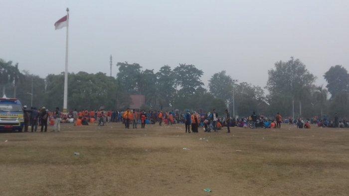 Dibubarkan Paksa, Mahasiswa Bertahan di Lapangan Kantor Gubernur Jambi, Beberapa Orang Pingsan