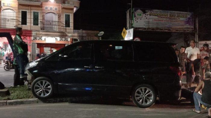 Toyota Alphard Tabrak Papan Reklame Ternyata Dicuri, Pelaku Kabur Sempat Dikejar Ojol
