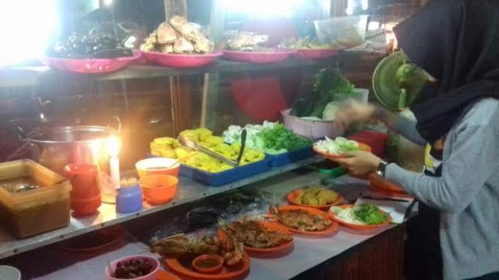 Sekolompok Orang Rampas Ayam, Tahu dan Tempe Milik Pedagang Nasi Uduk di Jerambah Bolong