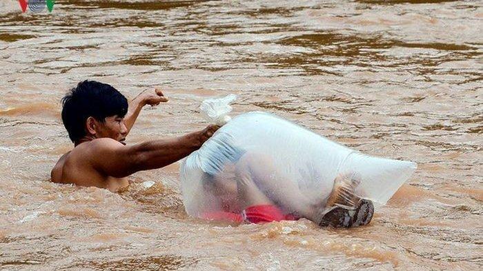 Foto Viral - Demi Sekolah, Anak-anak Ini Diseberangkan Lewat Sungai Deras dengan Dibungkus Plastik