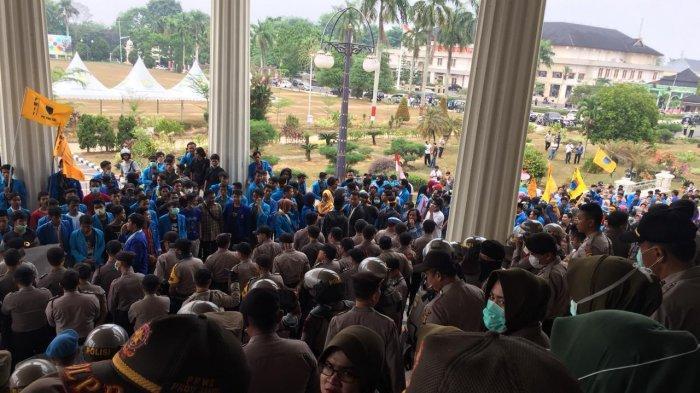 BREAKING NEWS: Terobos Barikade Polisi, Demo Mahasiswa PMII & UIN di Jambi Ricuh, Ini Tuntutannya