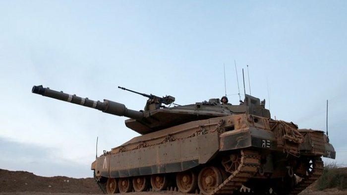 Tank Merkava IV milik Israel siaga di dekat perbatasan selatan dengan Jalur Gaza. Militer Israel dilaporkan telah mengerahkan puluhan tank ke perbatasan.