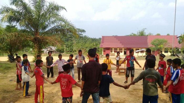 573 KK Termasuk Suku Anak Dalam di Air Hitam Terima Buku Tabungan Program Keluarga Harapan