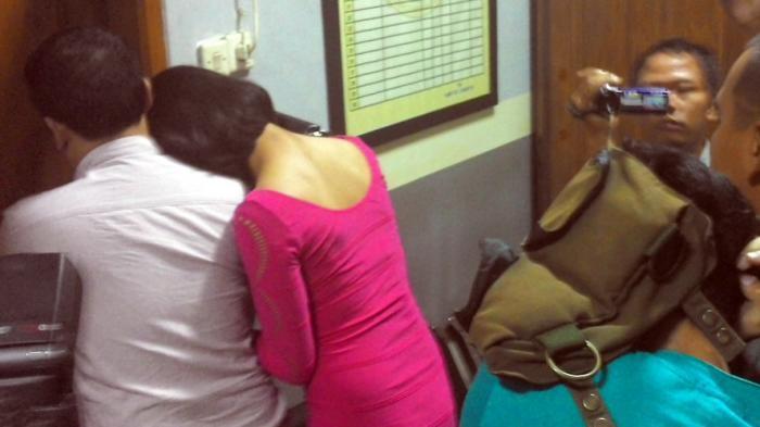 Setengah Telanjang, Anggota DPRD Sulteng Digerebek Istrinya Saat Selingkuh di Mobil, Videonya Viral