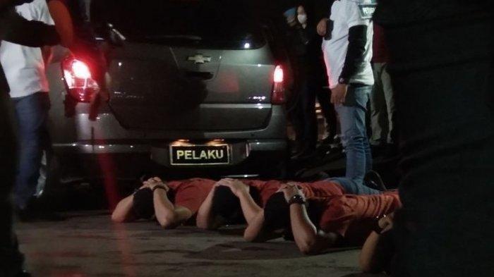 Satu dari 58 adegan rekontruksi peristiwa tewasnya 6 laskar FPI di rest area tol Jakarta-Cikampek Km 50, Karawang, Jawa Barat, Senin (14/12/2020) dini hari yang dilakukan Polri.