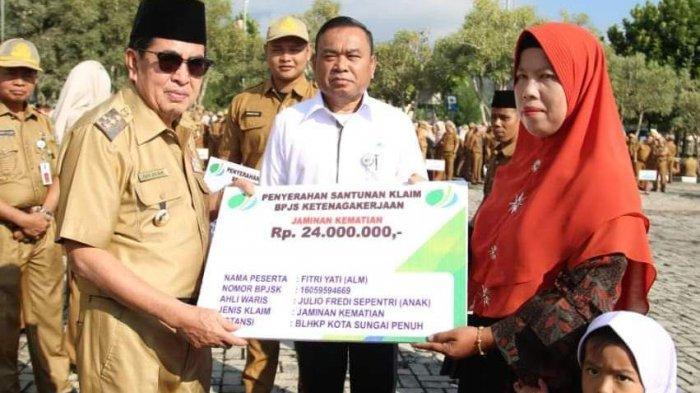 Wako AJB Serahkan Santunan Klaim BPJS Ketenagakerjaan untuk Warga Sungai Penuh