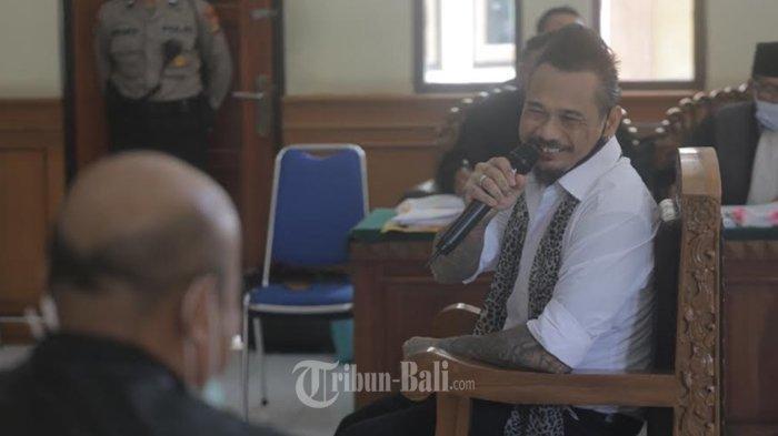 Penggebuk drum band Superman Is Dead (SID), I Gede Ary Astina alias Jerinx menjalani sidang agenda pemeriksaan terdakwa kasus dugaan ujaran kebencian 'IDI Kacung WHO' di Pengadilan Negeri Denpasar, Selasa (27/10/2020).